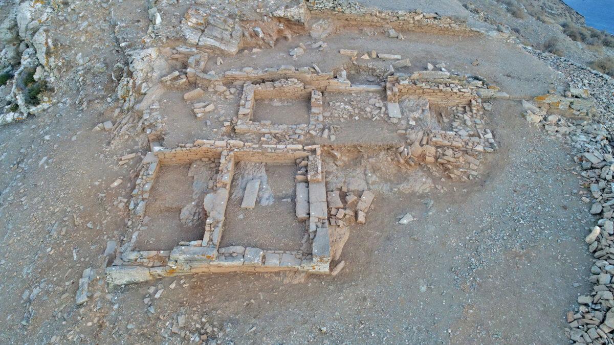 Εικ. 4. Αεροφωτογραφία του ιερού της Δήμητρας και Κόρης από τα βόρεια. Σε πρώτο πλάνο ο ναός (Κτίριο 4) (φωτ.: Κ. Ξενικάκης).