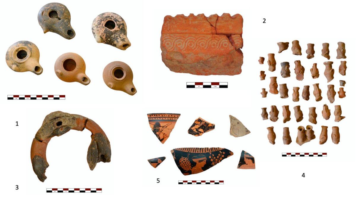 Εικ. 8. 1: Πήλινοι λύχνοι ελληνιστικών χρόνων. 2: Θραύσμα πολύμυξου τελετουργικού σκεύους με διακόσμηση ανάγλυφου σύνθετου πλοχμού. 3: Πήλινος δακτυλιόσχημος «κέρνος» με θέσεις για τη στερέωση επίθετων μικρογραφικών αγγείων. 4: Μικρογραφικές υδρίες, επίθετες σε τελετουργικά σκεύη. 5: Θραύσματα αρχαϊκών και κλασικών αγγείων (φωτ.: Εύα Κολοφωτιά).
