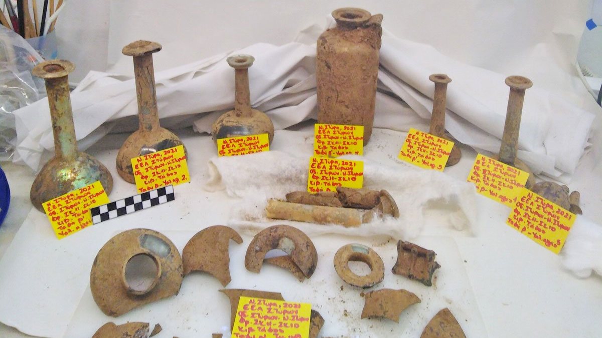 Γυάλινα μυροδοχεία και φιάλη από τον τάφο που ήρθε στο φως στα Νέα Στύρα (φωτ.: ΥΠΠΟΑ).
