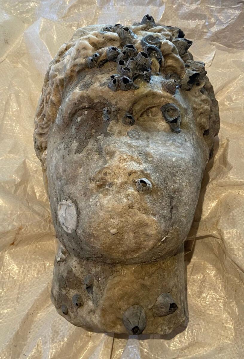 Κεφαλή αγάλματος ρωμαϊκών χρόνων που ανασύρθηκε από τη θαλάσσια περιοχή της Πρέβεζας, σε βάθος περίπου 10 μέτρων (φωτ.: ΥΠΠΟΑ).